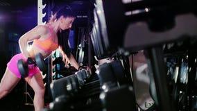 Motivatie en verplichting aan de sport: atletische vrouw stock video