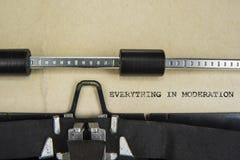 Motivatieteken alles in Matiging op oude schrijfmachine wordt geschreven die royalty-vrije stock afbeelding