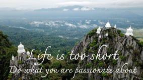 Motivational och inspirerande citationstecken: Liv är kort Gör vad dig Royaltyfria Bilder