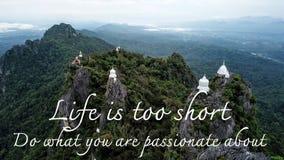 Motivational och inspirerande citationstecken: Liv är kort Gör vad dig Arkivfoto