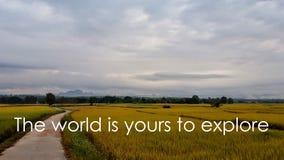 Motivational och inspirerande citationstecken: Världen är din till expl Royaltyfria Bilder