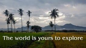 Motivational och inspirerande citationstecken: Världen är din till expl Arkivbild
