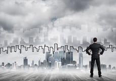 Motivations- und Inspirationskonzept mit modernem Stadtbild und Geschäftsmann, es beobachtend Stockbild