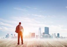 Motivations- und Inspirationskonzept mit modernem Stadtbild und Geschäftsmann, es beobachtend Lizenzfreie Stockfotos