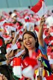 Motivator che fluttua la bandierina di Singapore durante il NDP 2009 Immagine Stock
