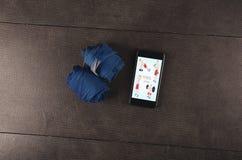 Motivazione di forma fisica Telefono e fasciature Allenamento per il migliore corpo Fotografie Stock