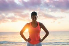 Motivazione e sfida di allenamento di forma fisica della spiaggia di estate Immagine Stock