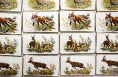 Motive des wilden Tieres auf handgemachten Porzellankühlschrankmagneten stockbilder