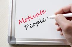 Motiveer mensen op whiteboard worden geschreven die royalty-vrije stock afbeeldingen