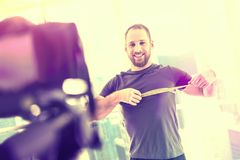 Motiverad gladlynt man som framme ler av kameran arkivbild