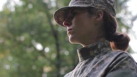 Motiverad kvinnlig soldat stock video