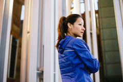 Motiverad stads- sportig stads- kvinna som vilar efter genomkörare Fotografering för Bildbyråer