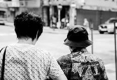 Motivez les personnes âgées marchent ensemble Hong Kong 10/05/2016 image stock