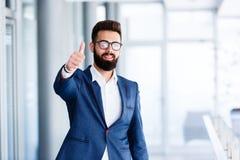 Motivgeste durch jungen hübschen Geschäftsmann stockfotografie