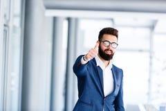 Motivgeste durch jungen hübschen Geschäftsmann lizenzfreies stockfoto