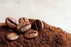 Motivi di caffè e semi di cacao torrefatti sulla tavola immagini stock
