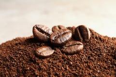 Motivi di caffè e semi di cacao torrefatti sulla tavola immagine stock libera da diritti
