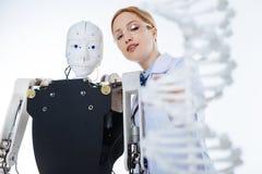 Motivierte enthusiastische Frau, die neues Konzept der künstlichen Intelligenz entwickelt lizenzfreies stockbild