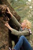 Motivierte reife Frau, die oben klettert Lizenzfreies Stockbild