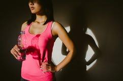 Motivierter Athlet, der eine Pause für Trinkwasser macht Lizenzfreies Stockbild