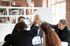 Motiviertes Team von den Mitarbeitern, die hohe fives sich geben Stockbild