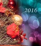 Motivo de la Navidad con el regalo para la rama spruce (2016, coche del Año Nuevo Fotos de archivo
