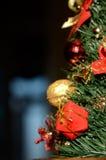 Motivo de la Navidad con el regalo para la rama spruce (2016, coche del Año Nuevo Foto de archivo libre de regalías