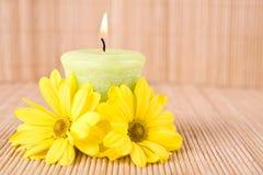 Motivo del balneario con las flores y la vela Fotografía de archivo libre de regalías