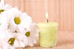 Motivo del balneario con las flores y la vela Foto de archivo libre de regalías
