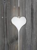 Motivo del cuore nei bordi di legno dell'otturatore Immagine Stock Libera da Diritti
