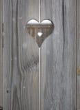 Motivo del cuore nei bordi di legno dell'otturatore Fotografie Stock