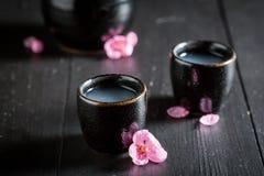 Motivo delicioso y bueno con las flores florecientes imagen de archivo