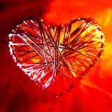 Motivo do coração do metal do fio no vermelho, Close-up Fotografia de Stock Royalty Free