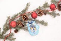Motivos de Christmass en una nieve Fotos de archivo