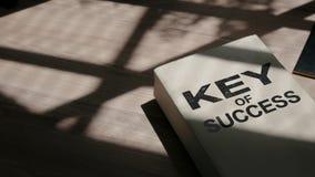 Motivwort auf Buch, Schlüssel des Erfolgs lizenzfreie stockbilder