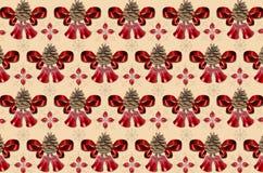 Motley jaunissent le fond avec des cloches, des cônes de pin et des arcs de rouge Images stock