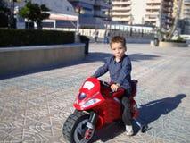 moto的一个男孩 免版税库存图片