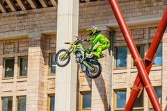 Moto自由式展示FMX大师 莫斯科, 2014年7月26日 库存图片