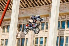 Moto自由式展示FMX大师 莫斯科, 2014年7月26日 免版税库存照片