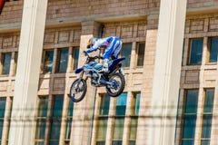 Moto自由式展示FMX大师 莫斯科, 2014年7月26日 库存照片