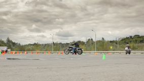 Moto运动会的竞争,在操场的很多摩托车 影视素材