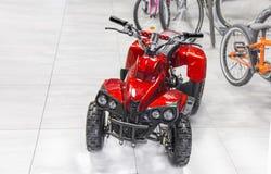 Moto à quatre roues rouge électrique de Childs Image stock
