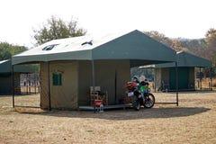 Moto à une tente dans un terrain de camping en parc national de Pilanesberg Photographie stock