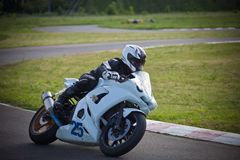 Moto-atleet op de renbaan stock foto's