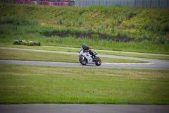 Moto-atleet op de renbaan stock afbeeldingen