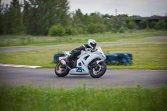 Moto-atleet op de renbaan royalty-vrije stock fotografie
