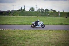 Moto-atleet op de renbaan stock fotografie