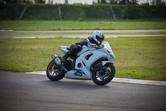 Moto-atleet op de renbaan stock foto