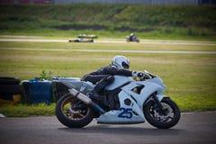 Moto-atleet op de renbaan royalty-vrije stock foto