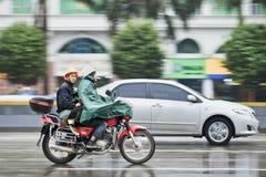 Moto avec le passager sous la pluie, Guangzhou, Chine Images libres de droits
